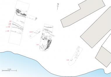 [:da]Med rødt dateringerne af bolværkerne. Til højre, eksisterende bygninger, der ligger placeret ud mod Møllepladsen.[:de]1. Plan over udgravningens felter.[:]