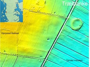 [:da]Trælbanke er anlagt i Tønder-marsken tæt på sydranden af Hjerpsted Bakkeø.[:de]1. Trælbanke ved randen af Hjerpsted Bakkeø.[:]