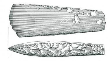Økser af denne type er karakteriseret ved at nakkens tykkelse udgør mindre end 60 % af bredden og at bredsiderne er let hvælvede. Efter Vang Petersen 1999: nr. 164.