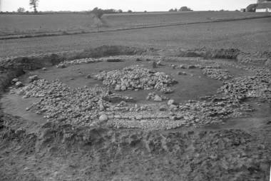 Højfylden er gravet væk, så den centrale stenbunke under højfylden blev synlig. Forrest ses en stenlægning til en slags dødehus, som blev opført i forbindelse med den anden begravelse. Foto: Hans Neumann.