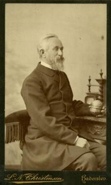1. Dyrlæge Schmidt.