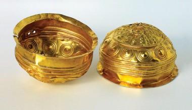 2. De to guldskåle fra Ladegård.