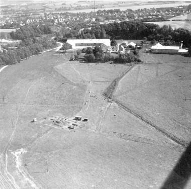 I forgrunden ses arkæologernes skurvogn og udgravningen.