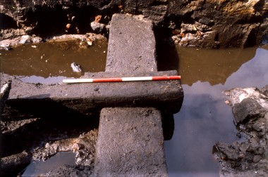 8. Nærbillede af tømmer i fundamentsrammen.