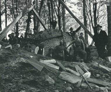 Julius Raklev står yderst til højre. Efter Thorvildsen 1985, fig. 5.