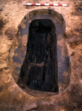 Kisten består af en udhulet træstamme, der er svitset på den udvendige side inden begravelsen.