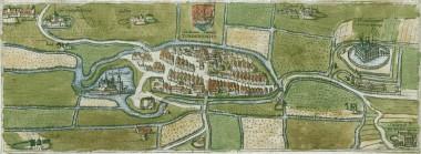 Renæssanceborgen ligger på den store banke i Vidåen ud for byen.