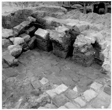 Der var bevaret dele af tre murede buer. her lå varmemagasinet. Stenene blev varmet op. Varmen blev sendt videre op igennem huller i gulvet. Foto: Johannes Hertz.