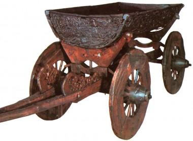 I modsætning til de danske grave, har den døde fået en hel vogn med i graven.