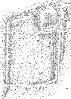 [:da]Voldstedet består af en stor gårdbanke omgivet af voldgrave  og  25x25 meter stor tårnbanke mod nord, ligeledes omgivet af volde og grave. Tegning: Helge Bregnehøj-Olesen. [:de]Voldstedet består af en stor gårdbanke omgivet af voldgrave samt en 25x25 meter stor tårnbanke mod nord, ligeledes omgivet af volde og grave. Tegning: Helge Bregnehøj-Olesen. [:]