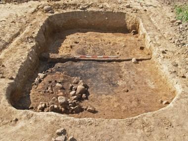 3. Grubehus med rester af stensat ovn nederst til venstre. Foto: Lisbeth Christensen.