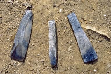 Fundene fra den yngste begravelse i kammer IV. Fra højre ses en hulslebet flintøkse, en mejsel og en tyndbladet økse.