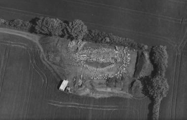 Langhøjen vest for dyssekammeret er fjernet. Dette skete sikkert allerede i bronzealderen mellem 1400 og 1300 f.Kr.