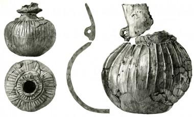 Kraveflaskens  lodrette furer og øskenflaskens lodrette vulster dateres typisk til slutningen af dyssetid ca. 3.500 f.Kr.