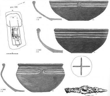 """Her fra Hjemsted grav 1406. Nederst ses en let forstørret udgave af """"det romerske bæger""""."""
