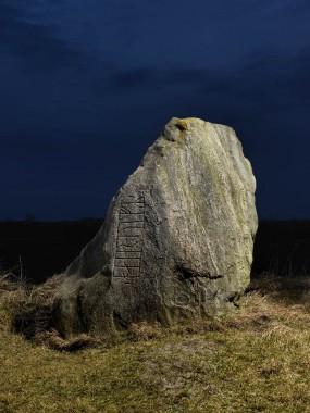 Fotograferet med speciel belysning, som får de dybe runer til at træde frem. Foto: Nationalmuseet.