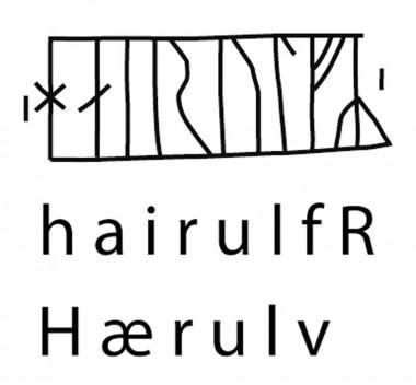 Indskrift i runer og latinske bogstaver samt oversættelse. Tegning: Silke Eisenschmidt.