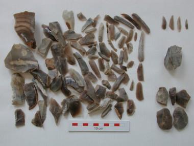 Fundet i én af bopladsgruberne. Maglemosetidens pilespidser – de såkaldte mikrolitter - ses i øverste højre hjørne.