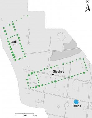 Stolpehuller til stuehuset og laden er markeret med grøn.