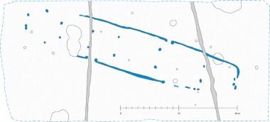 De blå pletter er de tagbærende stolper, og de blå streger er væggrøften. Digital bearbejdning: Nicole Kossmer.