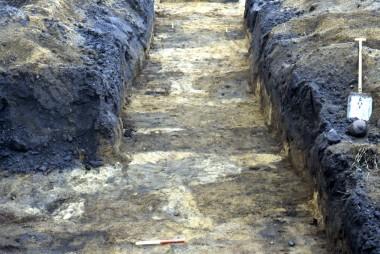 Her anes de mange grave som mørke, firkantede felter i det gule undergrundssand. Foto: Lennart S. Madsen.