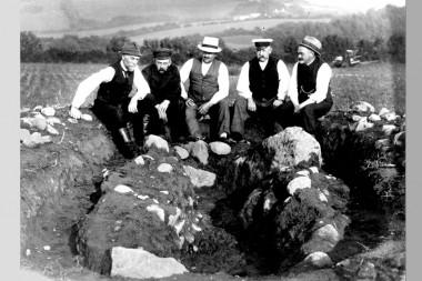 Michelsen og hans hjælpere ved udgravningen af stenen i 1921.