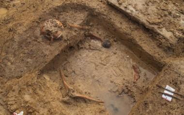 Den sorte plet er rester af soldatens patrontaske og en blykugle. Fingerringen, og endnu en kugle, ligger ved højre underarm (under vandet). Foto: Silke Eisenschmidt, Museum Sønderjylland.