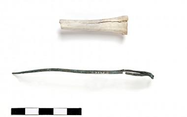 6. Nål af bronze med tilhørende etui af knogle. Foto: Michael Andrikopoulos, Museum Sønderjylland.