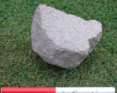 Stenen er et stykke af den underste del af en skubbekværn.