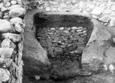 Bageovnen er den yngste. Gulvet er lagt af munkesten.