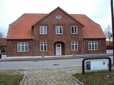 Huset er opført i hjemstavnsstil.