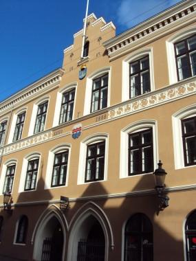 Den oprindelige taggesimsprydelse fra 1855, pynter i dag i skellet mellem 1. og 2.etage.