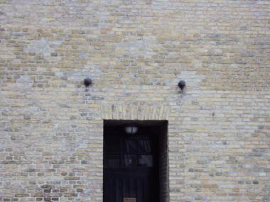 De indmurede kanonkugler over døren..