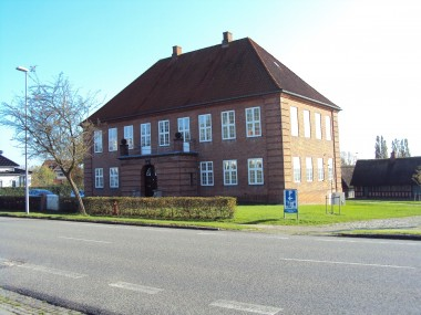 Bygningen er opført i hjemstavnsstil.