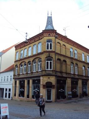 Bygningen er opført i nygotisk stil.