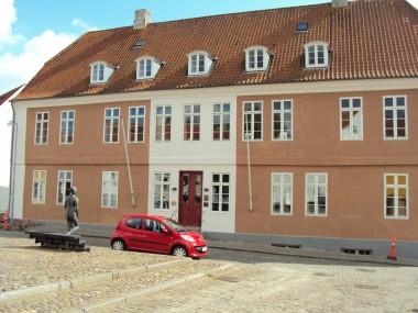 Husets ældste dele kan dateres tilbage til 1576, det fremstår i dag med en klassicistisk facade.