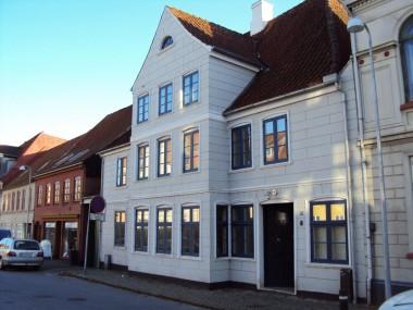 Huset er opført i barokstil med et kraftigt fremhævet midterparti, hvilket er typisk for barokken.