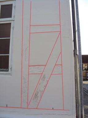 Bindingsværkskonstruktionen er optrukket i rødt af forfatteren.