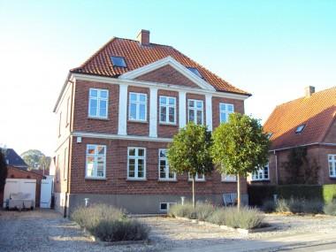 Facadedekorationen giver huset et karakteristisk udseende.