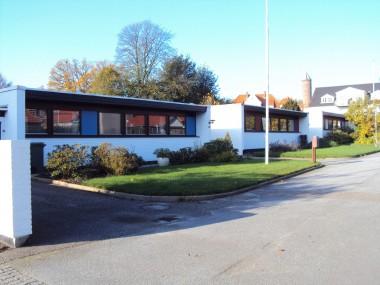Rolighedsvej 18A-D har en meget moderne udformning med flade tage og store vinduesparti.