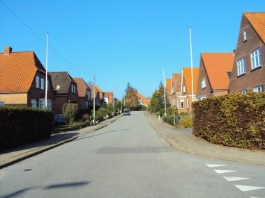 Der er en tendens til at husene på højre sides gavl går op i en spids, mens husene på venstre side har halvvalm.
