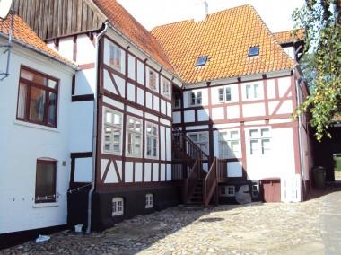 Baggården. Husene i gården bliver smallere hus for hus for at give mere gårdsplads.