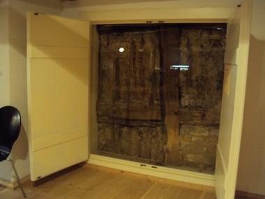 Kig til Slotsgade 20's gavl. Gavlen er bygget i lerklinet bindingsværk, som var billigere end teglsten.