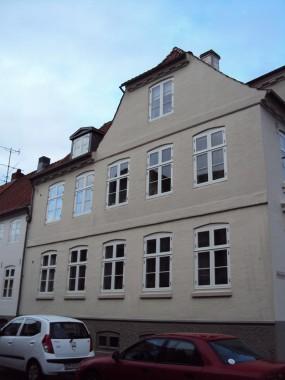 Også langsiden er meget klassicistisk med vinduernes taktfasthed og den overordnede symmetri i bygningen.