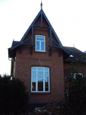 Både nr. 22 og 24's  gavle er udsmykkede med detaljer i træ, men udtrykket på de to huse er vidt forskellige.