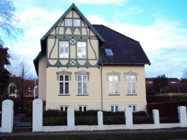 Her dominerer en bindingsværkslignende dekoration, som giver huset et nostalgisk udseende.