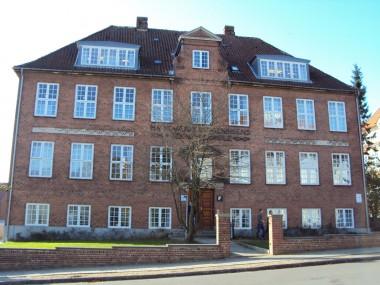 Teknisk Skole og de andre skolebygninger på Lembckesvej kan stilmæssigt minde om den gamle museumsbygning.