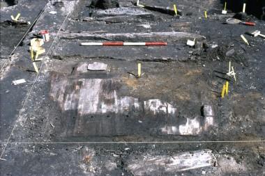 Foran  den rød-hvide målepind anes den øverste bevarede rest af den flettede væg