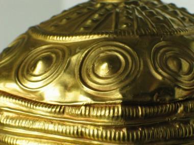 Detaljebillede af mønstrene på guldskålene