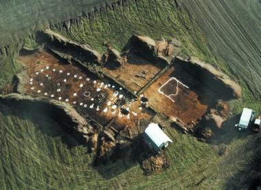 Hus 1 fra  ca. 1320 – 1220 f.Kr. – set fra luften.